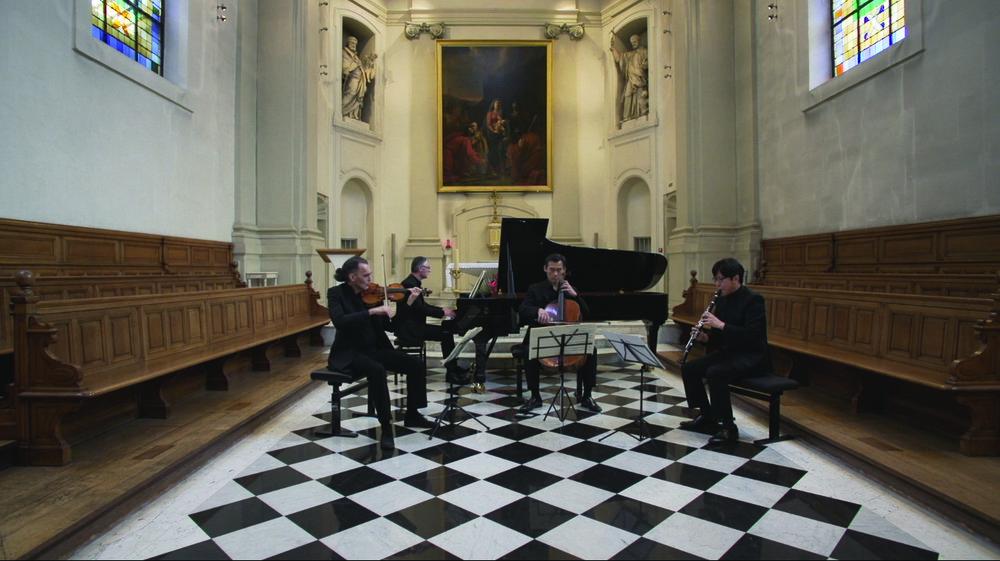 프랑스 파리 외방전교회에서의 연주 모습. 트리오 오원과 채재일이 선교사들에게 감사와 존경의 마음을 담아 메시앙의 곡을 연주하고 있다.