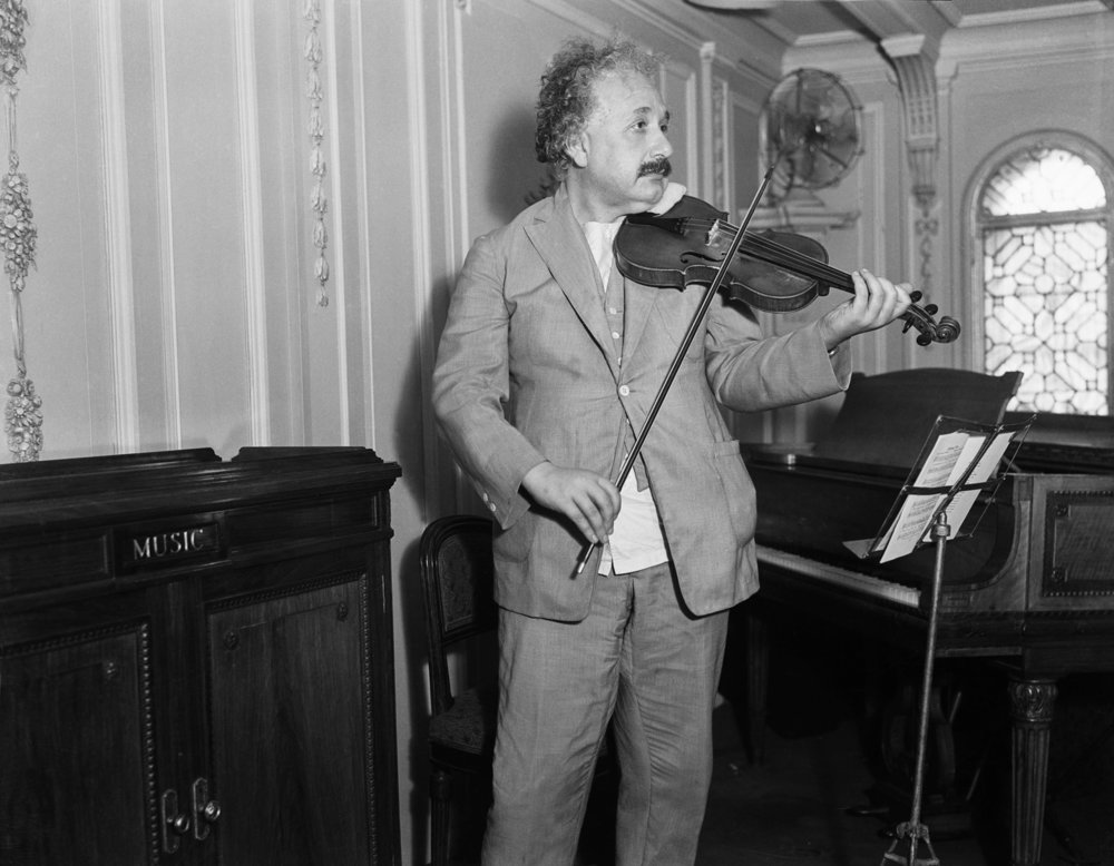 Albert-Einstein-violin-1929.jpg