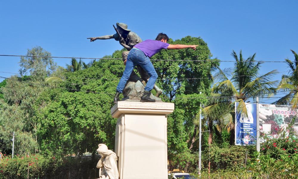Alejandro de la Guerra's  Montoya  depicts Daniel Ortega as the new enemy of the Nicaraguan people. While Montoya's monument points towards Nicaragua's enemies during the Battle of Namasigue of 1907, de la Guerra is pointing in the opposite direction, towards the nearby house of Daniel Ortega. Image source:    http://www.labdecosas.com/niccr/   .