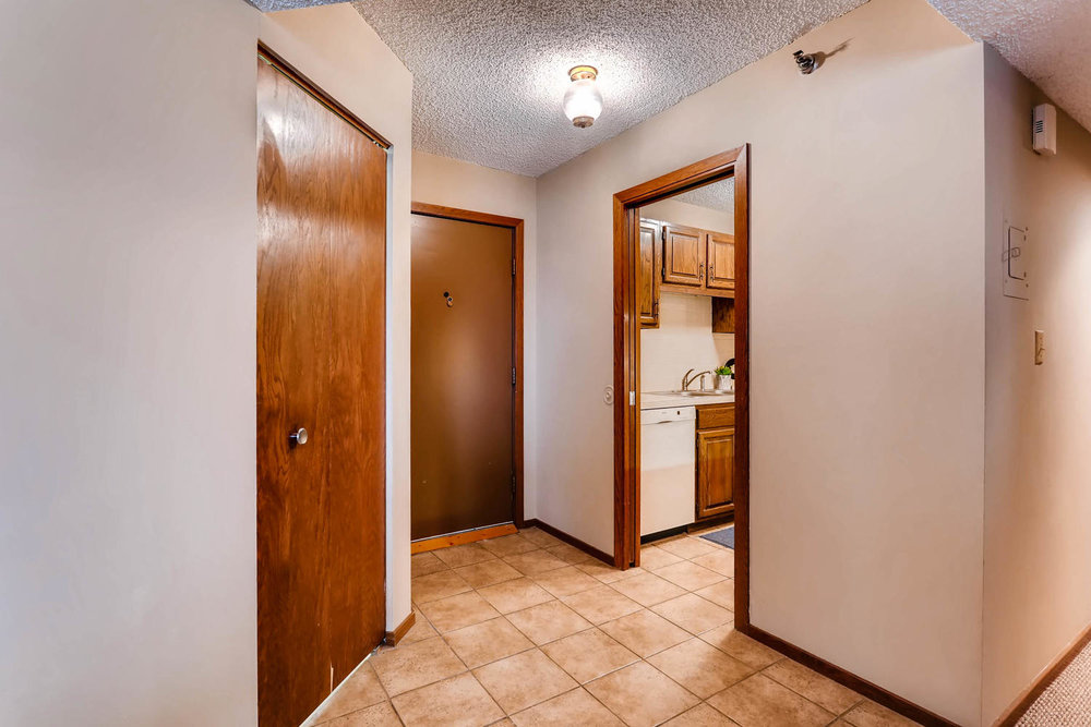 1225 Lasalle Ave 1102-large-004-2-Foyer-1500x1000-72dpi.jpg