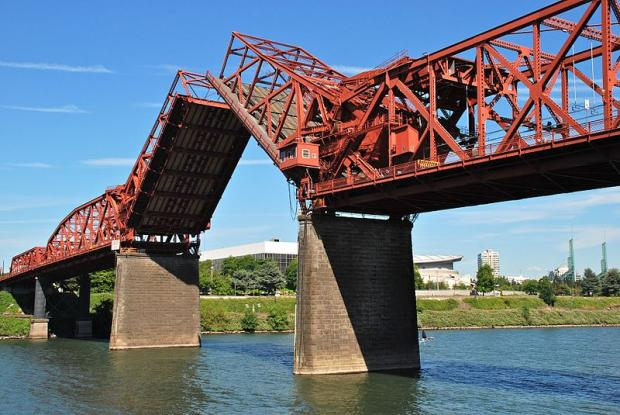800px-Broadway_Bridge_in_Portland_with_bascule_span_open_-_viewed_from_west.jpg