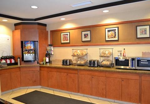 2631759-Fairfield-Inn-Suites-by-Marriott-Kelowna-Dining-1-DEF.jpg