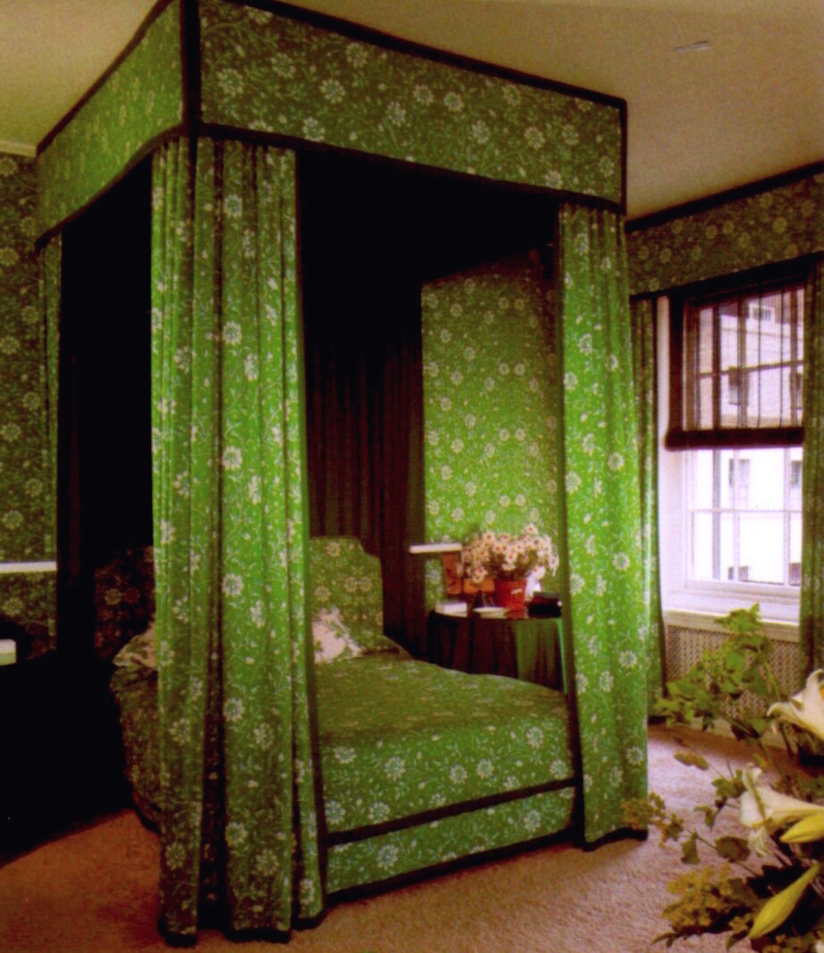 DAVID HICKS INTERIOR DESIGNER GREEN FLORAL PRINT FABRIC CANOPY BED LITTMAN BEDROOM