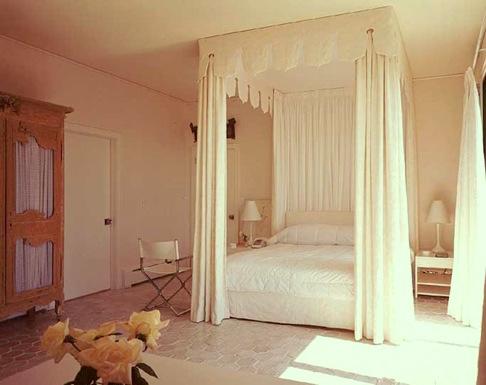 DAVID HICKS INTERIOR DESIGNER WHITE CANOPY BED