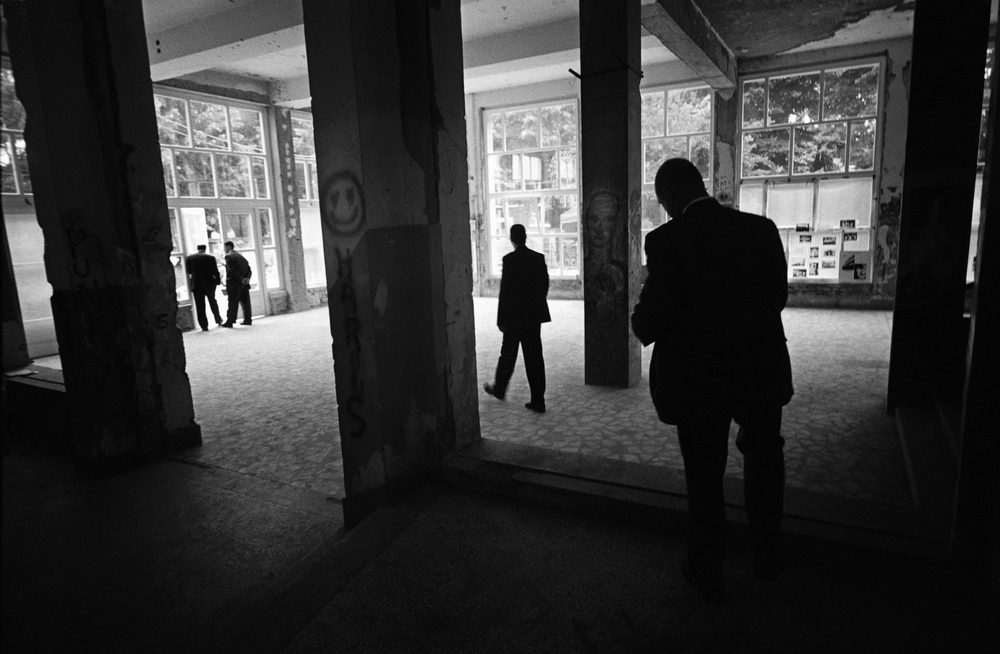 7.31.99--Sarajevo, Bosnia-Herzegovina--Secret Service agents depart after depositing the Press Corps in a war-ravaged building that serves as the Press Hold.