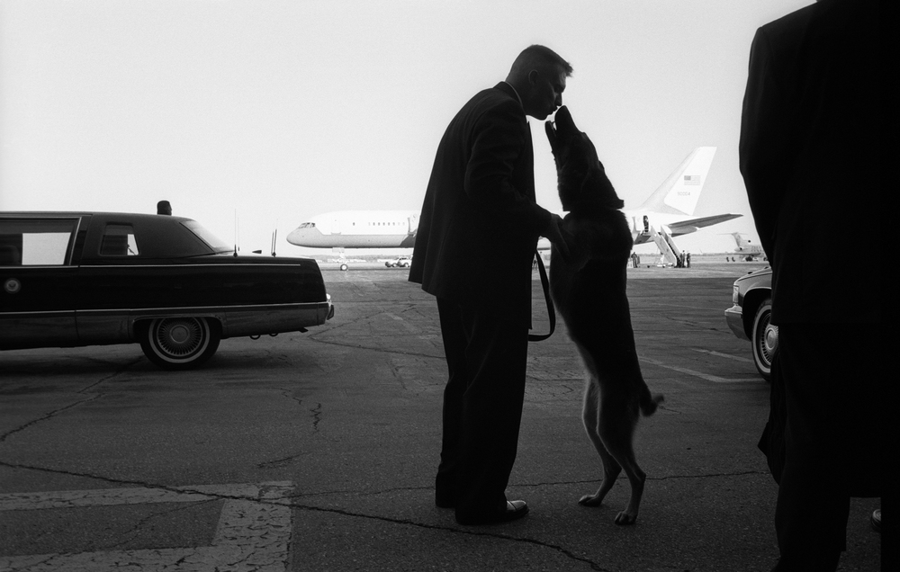 9.26.00--Ann Arbor, MI--A Secret Service Agent and his sweep dog share a moment of affection on the tarmac near Air Force 2 at the Willow Run Airport.