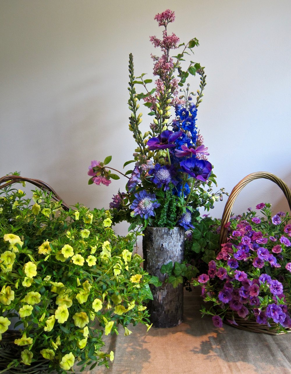 MIX LIVE PLANTS Fresh floral arrangements for a casual outdoor feel.