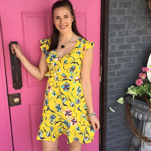Pink doors and yellow dresses 💕🌼💕 #cooperandella #yellowdress #floral #pink 📸 @anniejewelwf