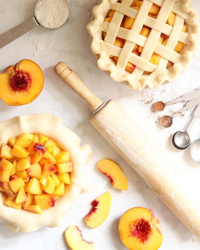 I hadn't had a chance to bake with peaches yet this summer, so when I saw that today was #NationalPeachPieDay I knew it was finally time to remedy that! 🍑✨ I'm actually not a big fan of fruit pies (the best part of pie has always been and will always be the crust 😅), but I actually really love peach pie and these mini ones turned out to be the perfect late summer treat! 🧡