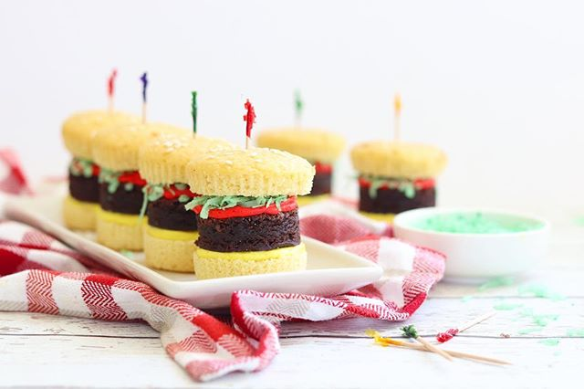 Happy #nationalhamburgerday! 🍔🍔🍔 Things have been crazy over here lately (lots of baking and some life updates too!), but I didn't want to miss an opportunity to share one of my favorite cupcakes from over the summer. These little burgers were just too much fun to make! 😊