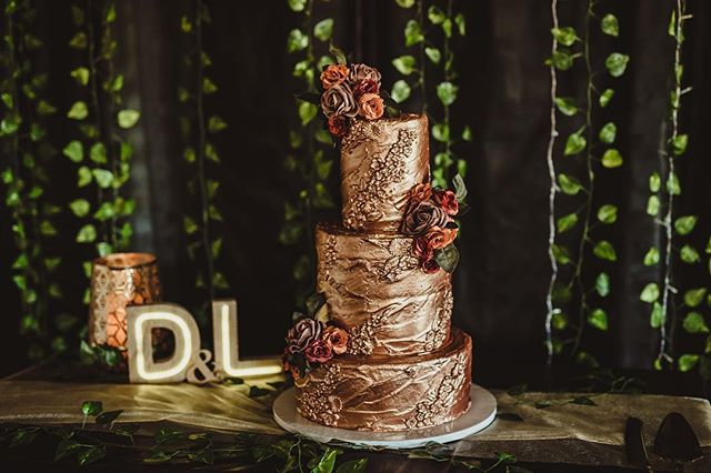Can we just talk about this cake for a minute? SO gorgeous! I think my jaw seriously dropped to the floor when I first saw it. ⠀⠀⠀⠀⠀⠀⠀⠀⠀ Anyone else a total sucker for wedding cake?? 👋 ⠀⠀⠀⠀⠀⠀⠀⠀⠀ Cake by @susiekudryashova 😍😍 ⠀⠀⠀⠀⠀⠀⠀⠀⠀ #janeportnoffphotography #adelaidehillsphotographer  #adelaidephotographer  #adelaidesouthaustralia  #weddingphotographer #engagementphotographer #engagementsession  #ido #weddingcake  #cakecakecake #ilovecake #imhereforthecake  #soinlove  #bridetobe #adelaideengagementphotographer #southaustralia