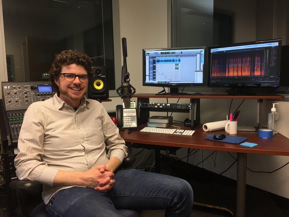 Jim Briggs, Sound Designer von Reveal, in der Regie des Aufnahmestudios.