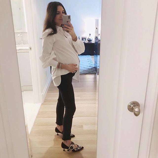 Så snygg och stilren outfit från @thatpencilskirt 👌🏼✨ Den vita skjortan är verkligen en vinnare under graviditeten! #gravidmage #gravidstil #maternitystyle #bf2018
