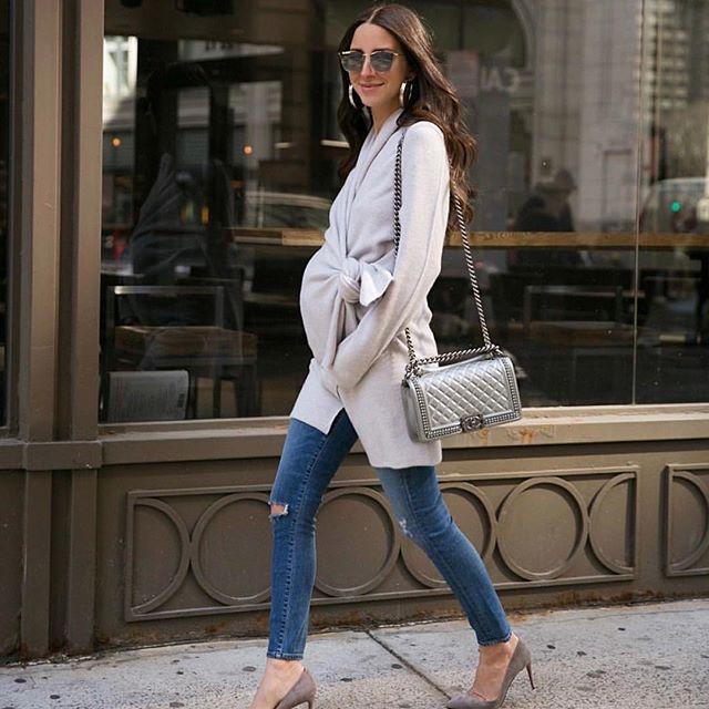 Arielle från @somethingnavy väntar sitt andra barn och bjuder på många snygga outfits! Här i en otroligt snygg kofta i wrapmodell 👌🏼🐰 #gravidmode #gravidkläder #bf2018 #somethingnavy #gravidstil