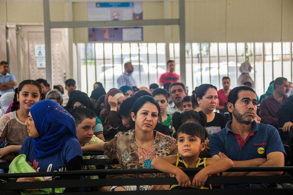 Syriska flyktingar i väntan på registrering av UNHCR_1500.jpg