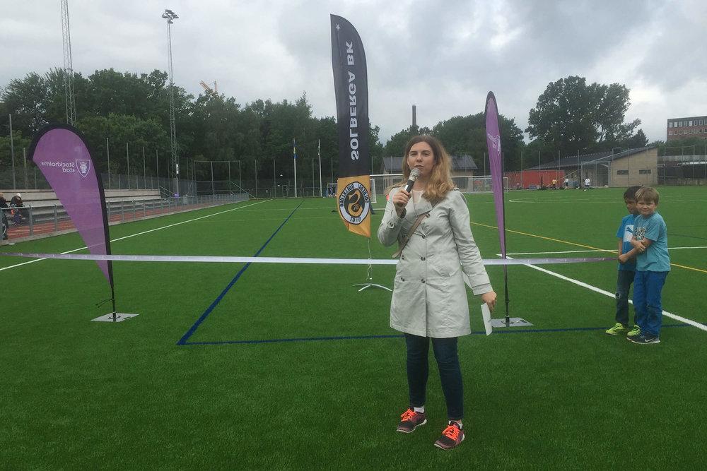 idrottsborgarrådet i Stockholms stad, Emilia Bjuggren (S), inviger Solberga BKs nya idrottsarena 19 juni 2016.