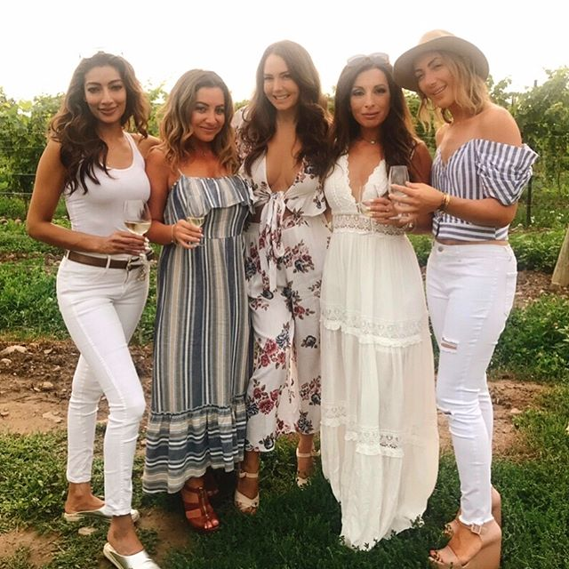 Record Breaking: Voted the most lit group by our tour guide EVER!!! 🔥 @gretzkyestates #niagaraonthelake 💓 these ladies 💓 Next page #ootd @shop_mboutique . . #msgotit #niagarawinecountry #ladiesgetaway #winetastingoutfit #torontostyle #montrealstyle #montrealgis #torontogirls #girlsweekend #niagarafalls #winetasting #pellerestates #waynegretzkyestates #whiteoaks #winecountry #torontolife #the6 #torontofashion #montrealstyle #montrealfashion #canadiangirl