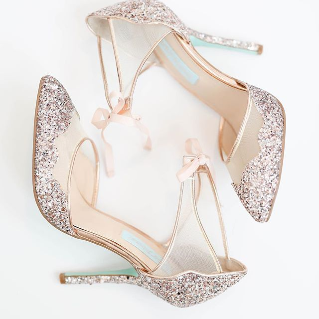 If you know me, you know I absolutely love the pretty details on a wedding day. I think I squealed when I saw these shoes 😍✨