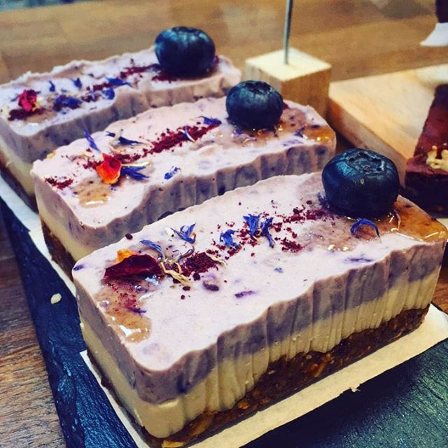 #happyfriday w/ these #yummy #beauties #raw #vegan #glutenfree #cheesecake w/ #blueberry @tootingmarket #nuvolalittlebakery #alittlebakery #tooting #london • • • #rawvegan #dairyfree #organic #delicious #cakes #instacake #instagood #veganlife #healthy #instagood #feedfeed #frosting