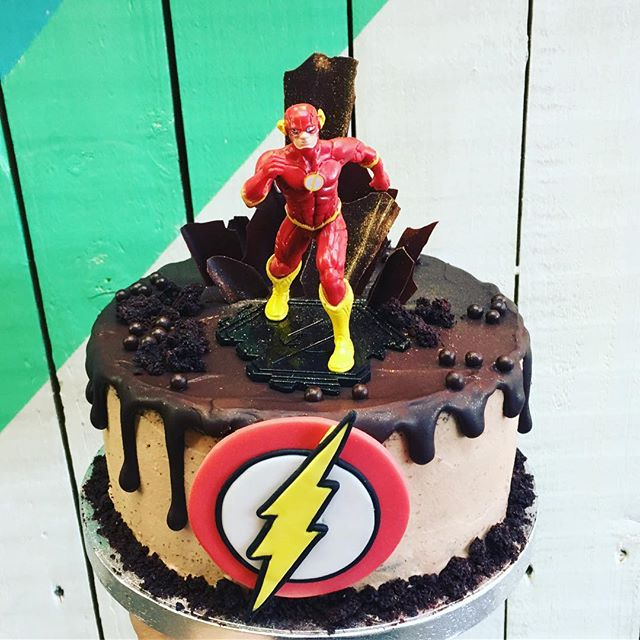 #happysunday w/ a #delicious #superhero #theflash #⚡️ #chocolate #dripcake #nuvolalittlebakery #alittlebakery @tootingmarket #london • • • #birthday #cake #birthdaycake #birthdayboy #superheroes #birthdayparty #kids #children #geek #bespokecakes #comics #comiccon #dccomics #grantgustin #instacake #instagood #cakesofinstagram #bespoke #cakes