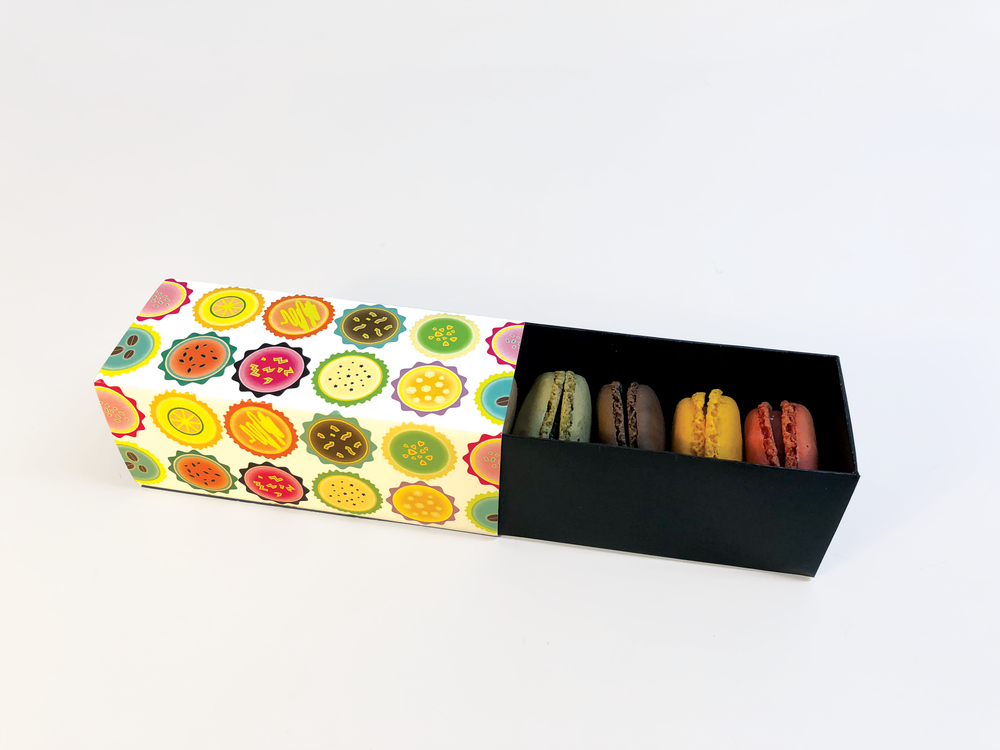 The sliding tray cradles 5 macaron and is held securely in place with a belly band.