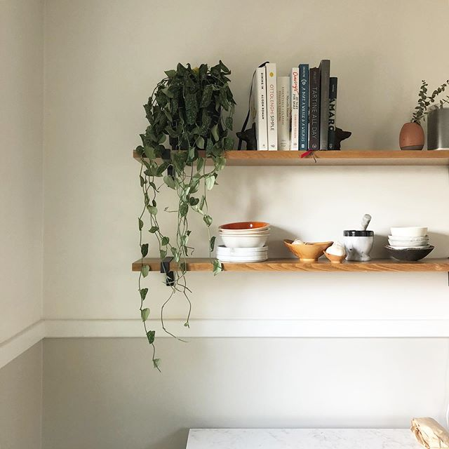 Less is more when it comes to styling your open shelving. We keep daily essentials (lots of bowls!) on the bottom shelf so they're easy to grab. How do you keep your shelves tidy?