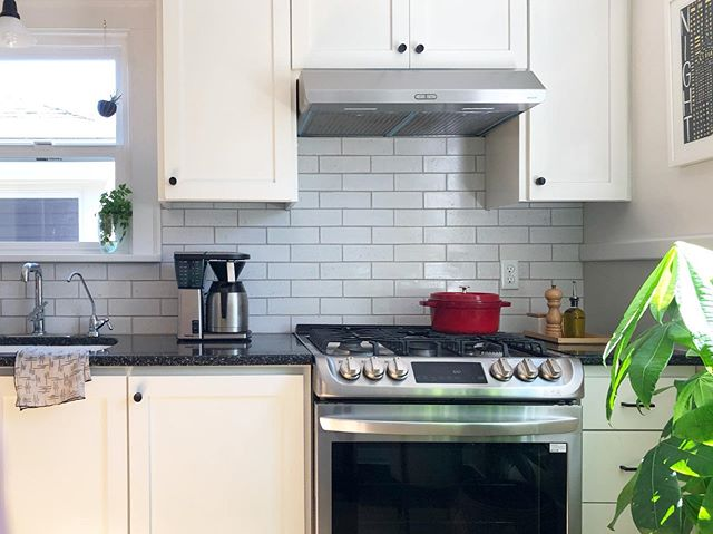 Read somewhere on the internet that you should leave 2/3 of your kitchen counter space clear to prevent it from looking cluttered. 🤔Clear counters make for easy for cleaning, and also allows you to use the space for actual meal prep. What do you store on your #kitchencountertops ?
