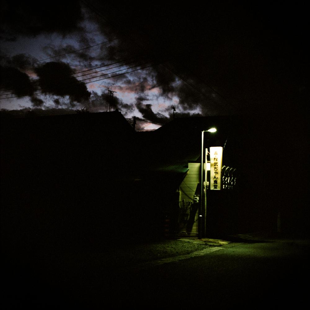 La ville allume très peu d'éclairage public la nuit. Une grande partie des rues plongent alors dans le noir. Certains habitants m'ont confié avoir peur dès que la nuit tombe. La police fait des rondes avec une petite musique signalant sa présence que l'on entend régulièrement au loin et qui se mêle aux nombreux grillons.