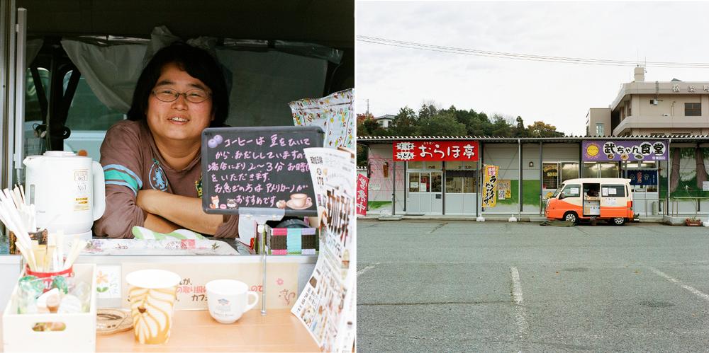 2015年4月以降、タカノユキコさんは小さな移動販売車で楢葉町に働きに戻ってきました。主な客は町に多く集まる建設・解体業者の作業員たちです。彼女の母親は現在も仮設住宅に住んでおり、自宅が修繕されるのを待っています。タカノさんは役場が設置した2軒の食堂︵写真背景︶の前でよくトラックを止めます。食堂の従業員の一部は、町が雇用した外国人︵中国人︶です。