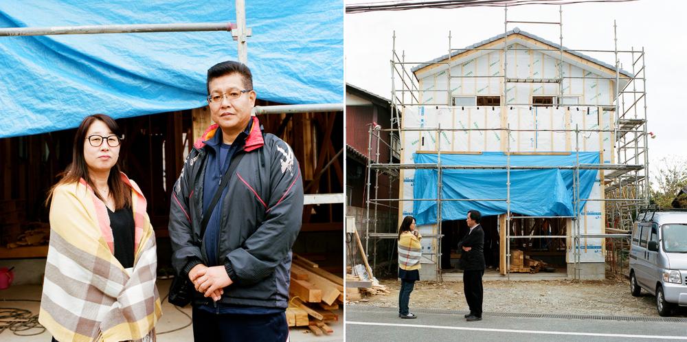 左の写真の夫婦は、かつての自宅を直そうとしました。しかし、損傷があまりにも酷かったので、最終的には家を取り壊して新たに建て直すことに決めました。インタビューをした約40人の中で、学校が再開したらすぐに子どもたちや孫たちと楢葉町に戻ってくると言ったのは彼らだけでした。男性は1階を使って服屋を再開する予定です。右の写真の男性は新しい家を担当したインテリアデザイナーで、彼も楢葉町に住んでいます。彼は、町にたった1軒だけある食堂の隣に画廊を開きました。