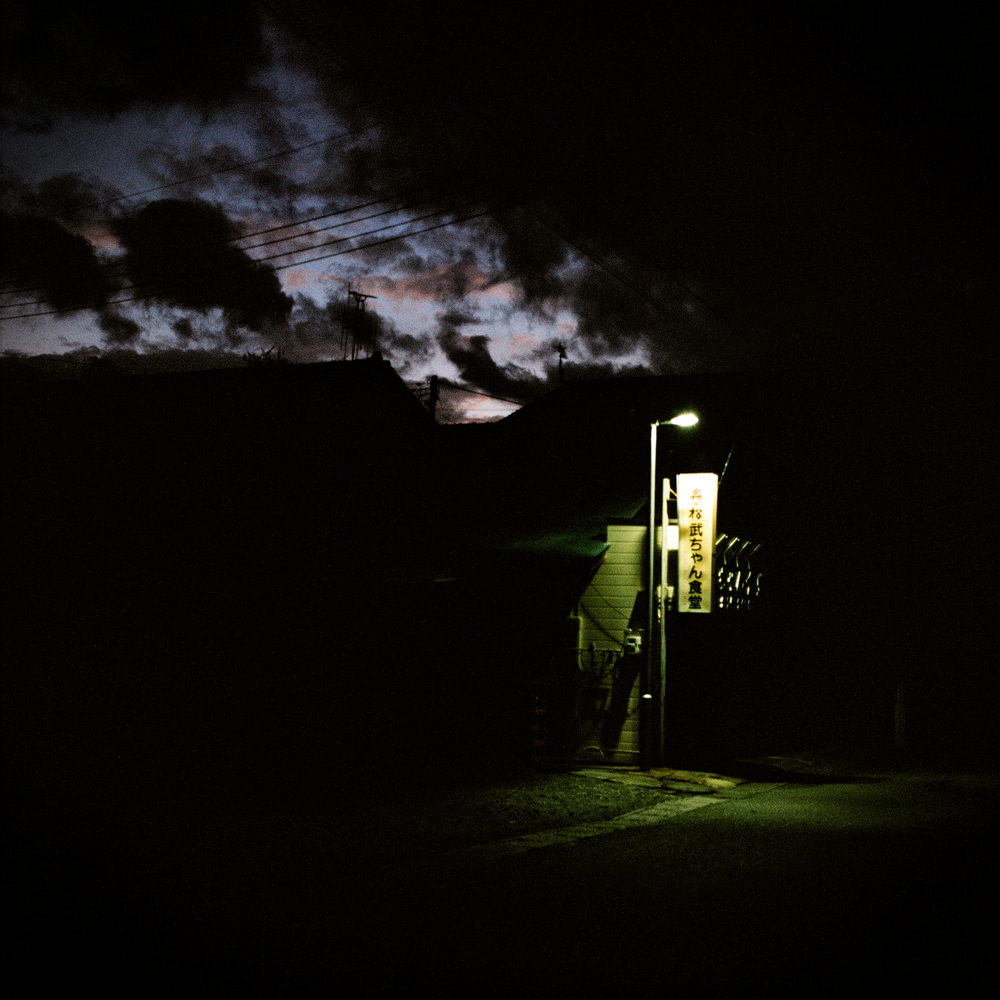 夜になっても楢葉町の街灯はほとんど点灯されず、多くの道は闇に包まれています。夜が来ると怖いと漏らす住民もいました。警察は、音楽を流してパトカーの存在を知らせながら定期的にパトロールをしています。音楽はよく遠くから聞こえてきます。