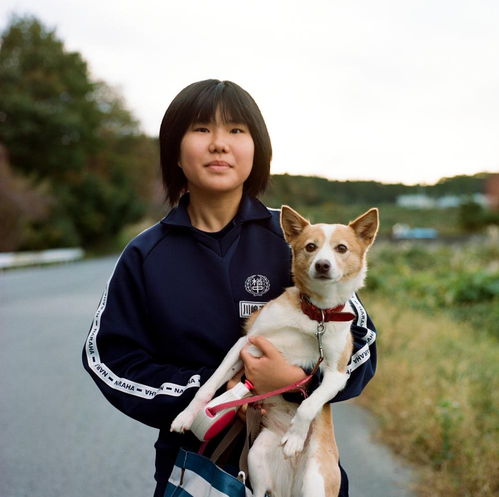 この14歳の少女は、仮設住宅に住む45人の若者の1人です。彼女と両親は楢葉町に戻るつもりはありません。