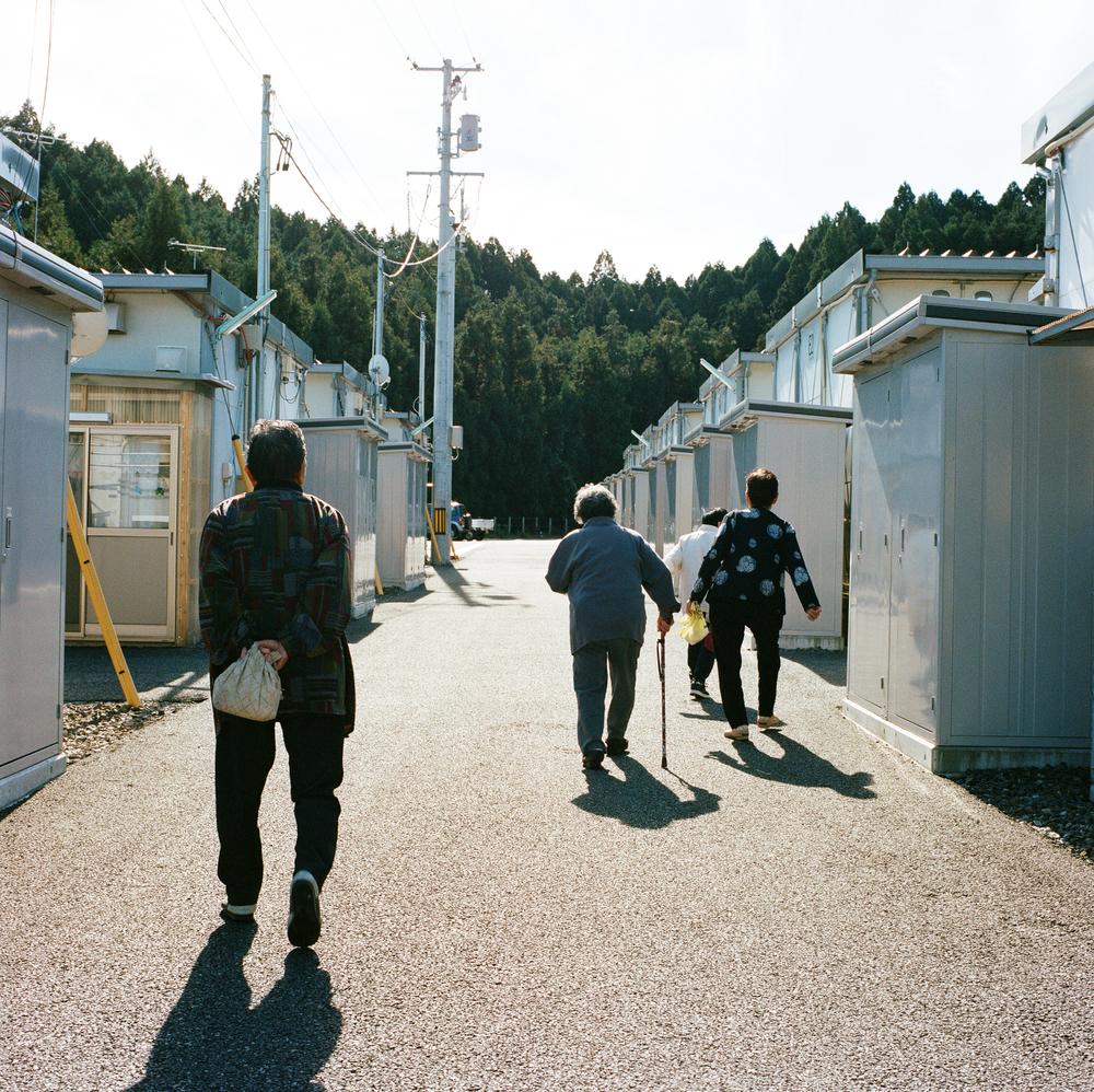 この写真は、コミュニティールームに集まった女性たちが家に帰っているところです。