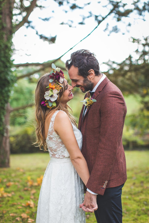 shooting-inspiration-kinfolk-boheme-couleurs-automne-couple-bonheur-maries-robe-mariee-dentelle-elise-hammeau-costume-marie-deux-couleurs-l-apieceur-camille-marciano-physalis.jpg