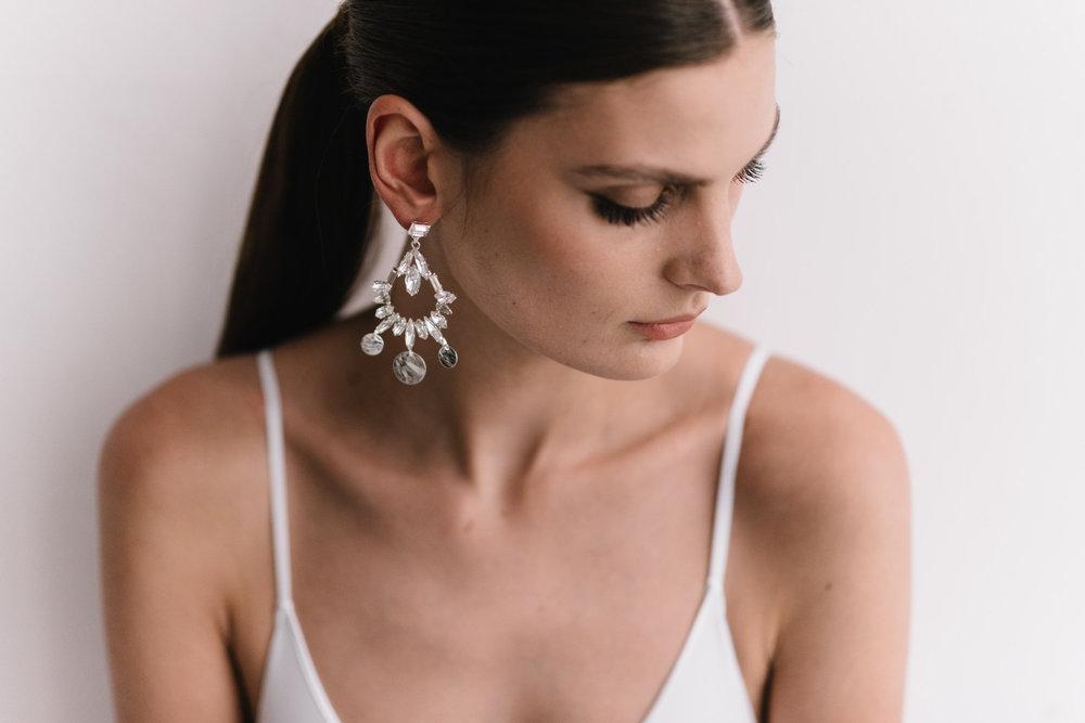 parisian-inspired-blog-mariagemaisonsabben-accessoires-mariee-boucles-oreilles-moon-3.jpg