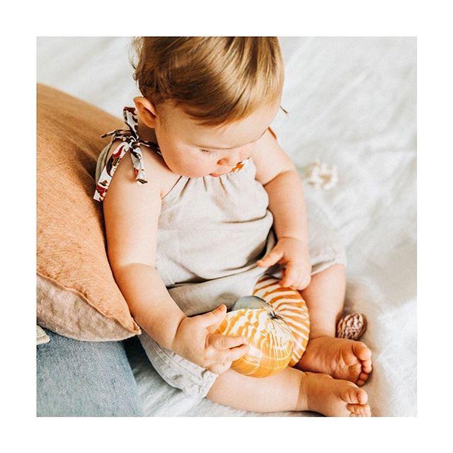 OUIIII! Notre première collection BALI sera en ligne très bientôt sur www.marius-ninon.com 🎉🐚☀️ en attendant découvrez les premières photos de notre lookbook ici @marius_et_ninon  A très vite! 📷 @pierreatelier  #vetementbebe #vetementbebegarcon #handmade #summerclothing #linenclothing #linenromper #babyclothing #babyclothes #ethicalfashion #boheme #retrobabystyle