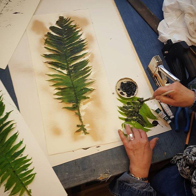 """Idag lattjar vi lite med att """"trycka ormbunkar""""😄🌿 #tavlor #ramar #prints #tryck #ormbunkar #frames #växttryck  #ramverkstad #Ramhörnan"""