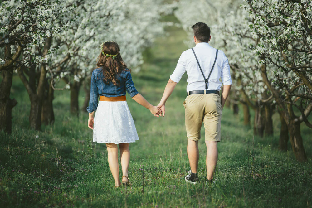 Spring Engagement Photos - Outfitting for the Occasion // Toledo Wedding Guide