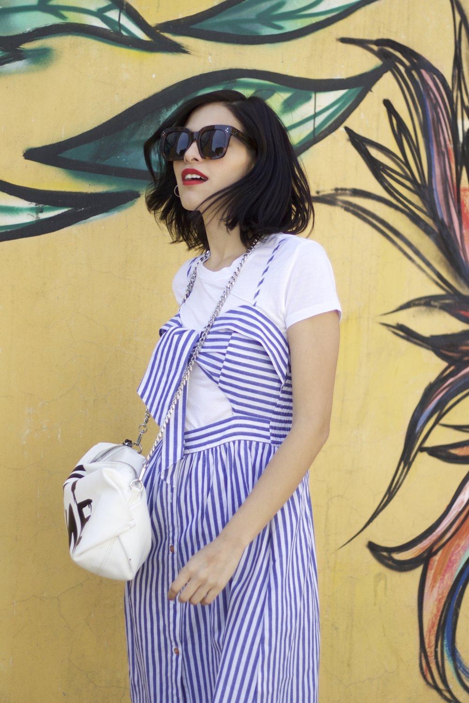 Si no te gusta estar tan descubierta de la espalda, usa una t-shirt básica por debajo de tu vestido y listo .