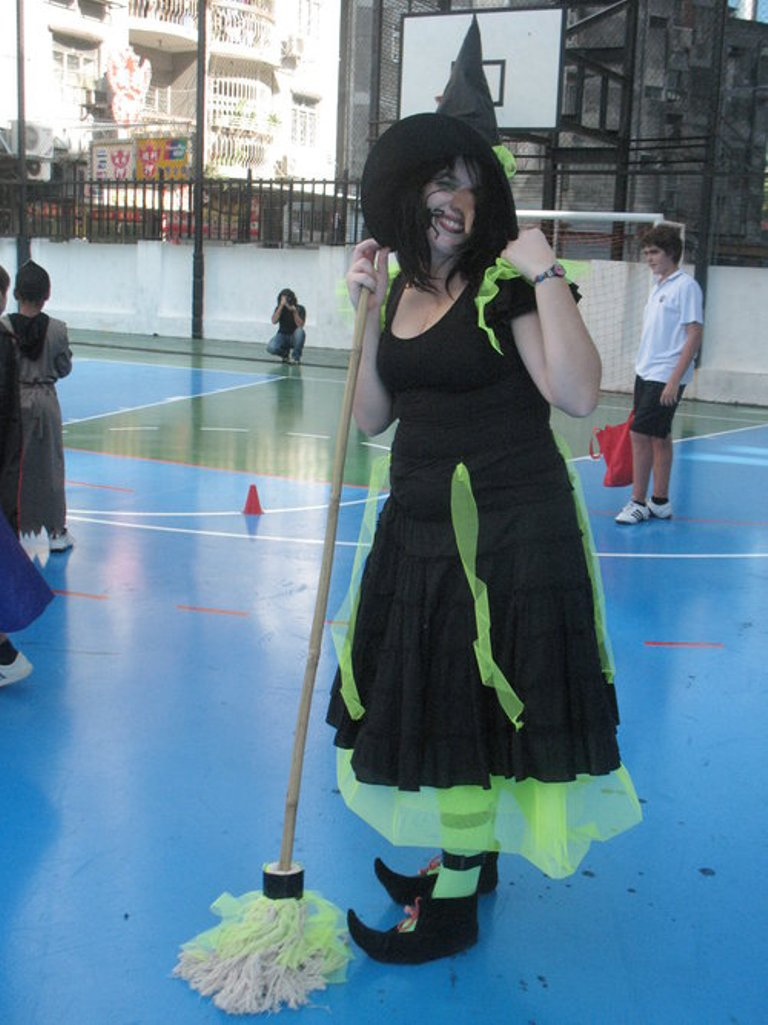 Halloween 2008 - These were my regular clothes with some details in green tule. My socks were plain green and I add some plastic paper stripes to give the magic socks effect. Do you like my magic groom?