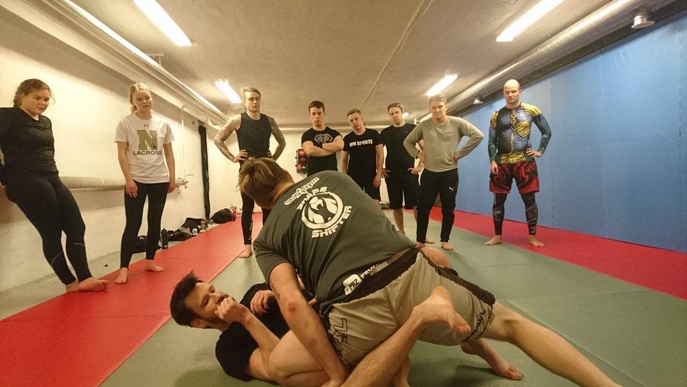 MMA-träningar - Nu i februari går jag SMMAFs grundutbildning för att bli MMA-coach och efter det börjar jag leda MMA-träning på Snow MMA i Gällivare. Så snart studion i Jokkmokk uppgraderas med grapplingmattor och utrustning kör vi igång med full MMA-träning också där.Till Snow MMAs facebooksida ➝