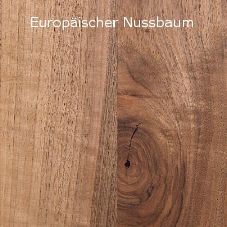Den sogenannten Europäischen Nussbaum bezeichnet Girsberger als Französischen Nussbaum, weil er mehrheitlich in Frankreich wächst. Teilweise ist er auch in den West- und Ostkarpaten oder auf dem Balkan anzutreffen. Charakteristisch für den Französischen Nussbaum ist seine Vielfarbigkeit, die von verschiedenen Braunüber Violett- bis hin zu Purpurtönen reicht und je nach Bodenbeschaffenheit sogar grünliche oder gräuliche Färbungen aufweist. Die schönsten Französischen Nussbäume stehen auf rund 400 m ü. M., auf der ersten Anhöhe entlang einiger Flussgebiete. Dort treiben die Nussbäume einerseits im Frühjahr später aus und sind andererseits im Winter oft von milder Luft umströmt, was das Risiko von Frostrissen verkleinert.