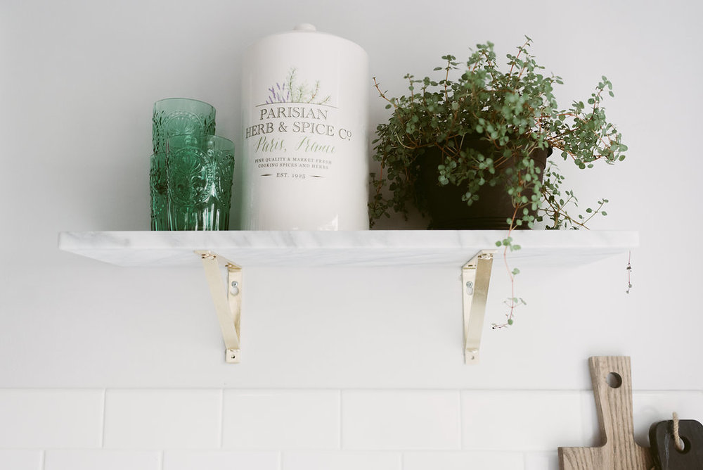 deboe-studio-interiors-marble-kitchen-shelf-style.jpg