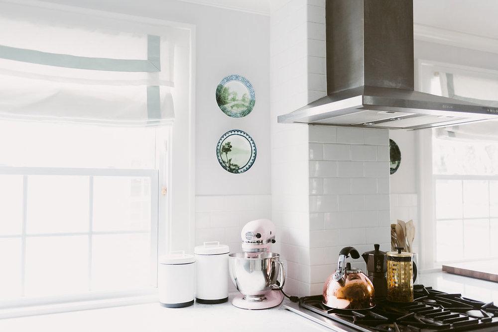 deboe-studio-interiors-roman-shades-in-kitchen.jpg
