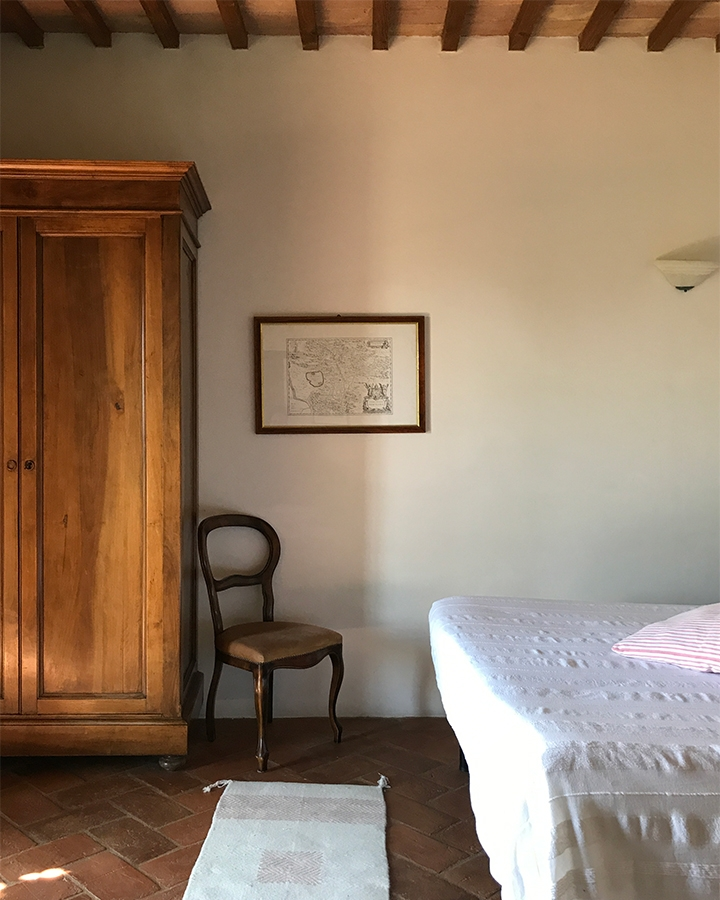 Ingredients for the perfect Italian country bedroom: wood, terra-cotta, wool, cotton…