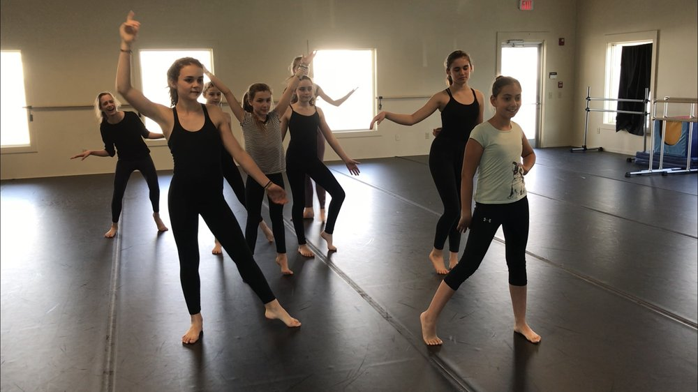 MODERN-JAZZ  ages 8 - 12  TUES 4:30 - 5:45 pm