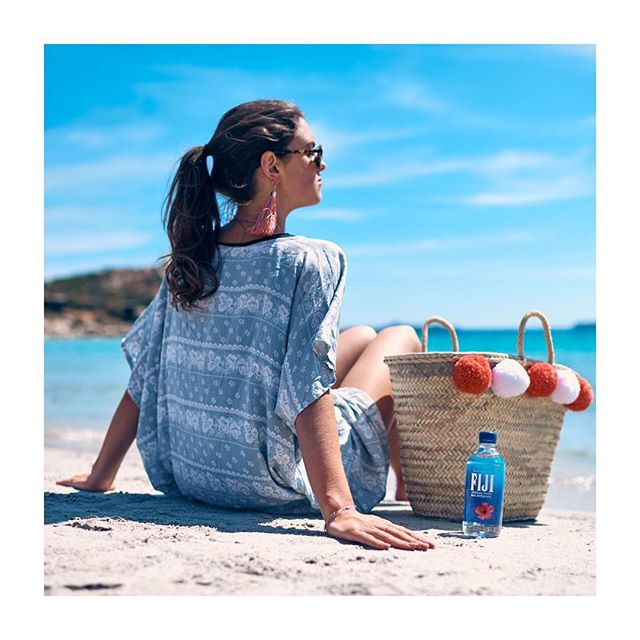 🌺// F I J I - Loooooove this picture from our photo shoot with @fijiwateruk - What we'd give to be on this beach right now 🙌🏻 - www.guidedtor.com - #guidedtor #fijiwater #fijiwateruk -