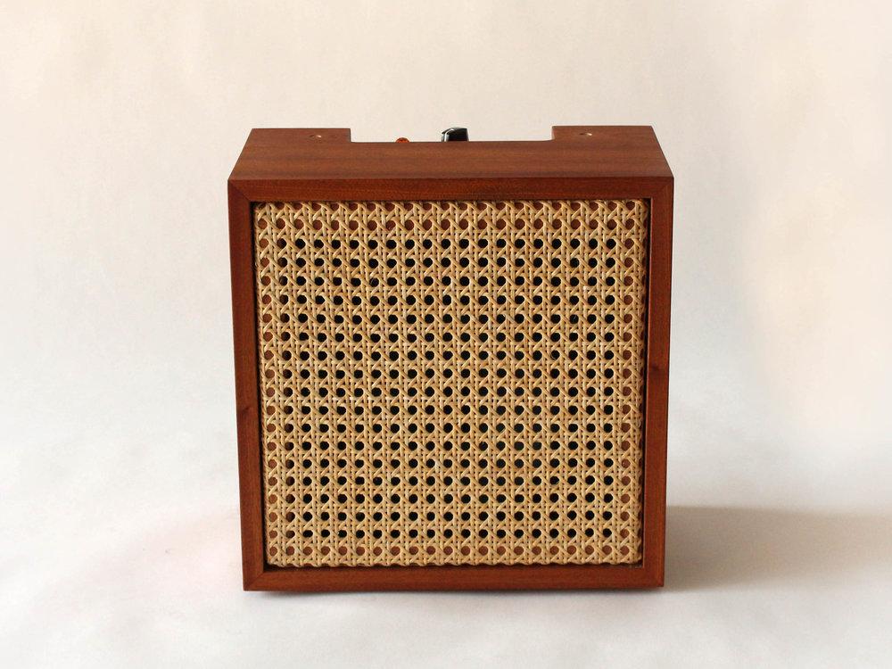 custom amp, design en bois, design Montréal, solid wood, Emma Senft