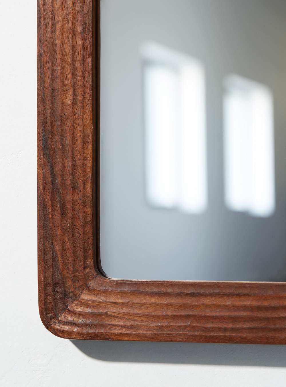 solid wood furniture, made in montreal, walnut mirror, hand carved, local montreal design, Emma Senft, sculpter à main, hand carved, noyer, bois, sur mesure, miroir, mobilier