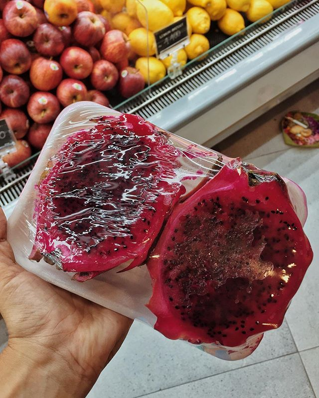 Prime example of completely unnecessary single use plastic spotted at the largest grocery store chain in Bali. Fruit like bananas, dragon fruit and oranges that have a peel DO NOT NEED TO BE WRAPPED IN PLASTIC!! A slice of pre-cut fruit might be SLIGHTLY more convenient than chopping it in half yourself, but saving 5 seconds of your time is not worth it. This plastic will now sit in the ocean forever. We need to do better than this👎🏽🍉🌎
